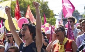 DONNE IN SCIOPERO - 10mila persone a Bellinzona. Per qualcuno, pari diritti equivale a pari doveri