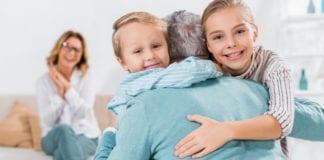 """KOCH: """"i bambini possono tornare ad abbracciare i nonni"""". Garzoni, """"no"""""""