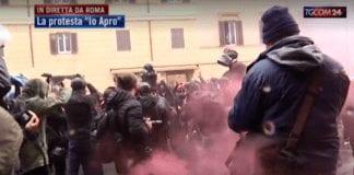 """MISURE ANTI-COVID: scontri e tensione con la Polizia alla manifestazione """"IoApro"""""""