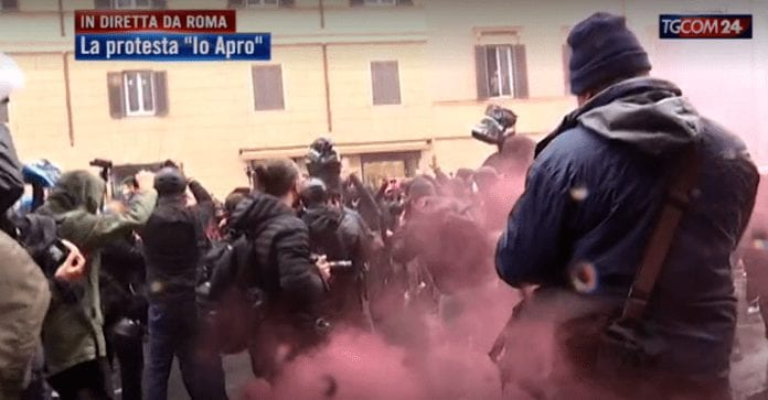 MISURE ANTI-COVID: scontri e tensione con la Polizia alla manifestazione