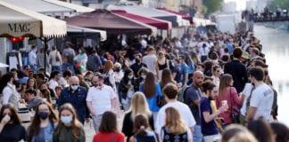 MILANO: un bel sabato tranquillo alla Darsena e sui Navigli, birra e niente mascherina