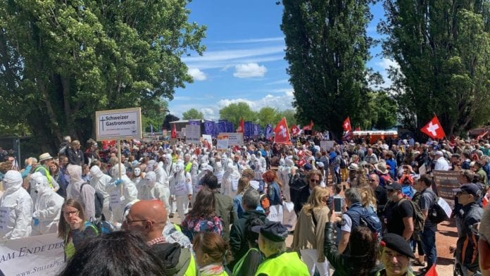 MISURE ANTI-COVID: grande manifestazione in Romandia senza mascherina.